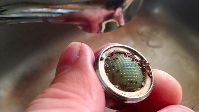 Bekannt Mit wenigen Handgriffen am Wasserhahn einen Strahlregler reinigen QN52